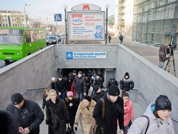 В Харькове молодой человек после ссоры с девушкой прыгнул под поезд метро