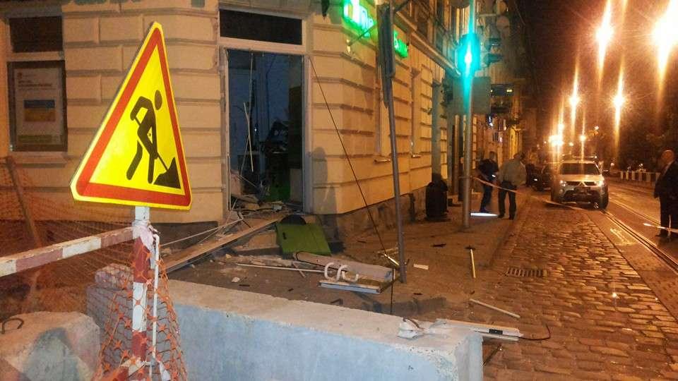 ВоЛьвове люди вбалаклавах взорвали банкомат, однако денежных средств невзяли