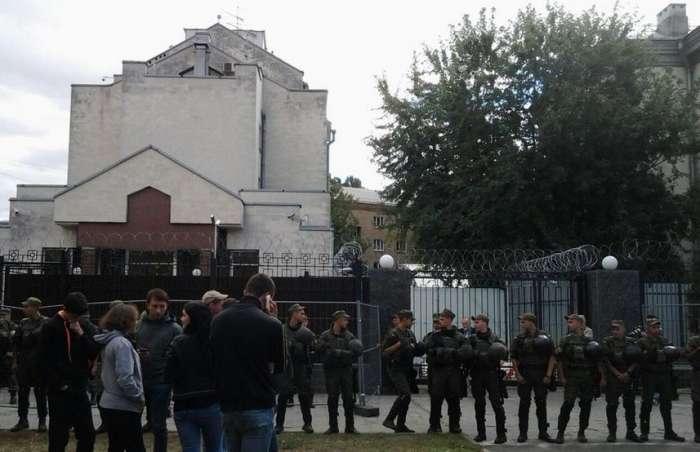 Возле посольства России в Киеве произошли столкновения
