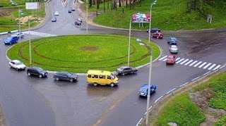 Относительно приоритетности транспортных средств, движущихся по кругу