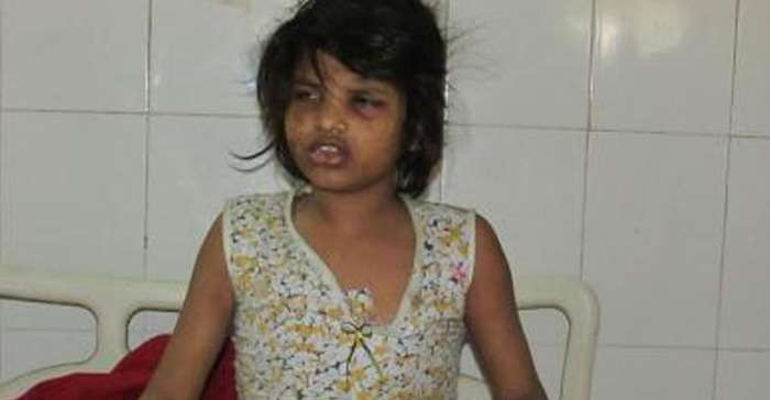 Девочку, которую воспитывали обезьяны, нашли в Индии (видео)